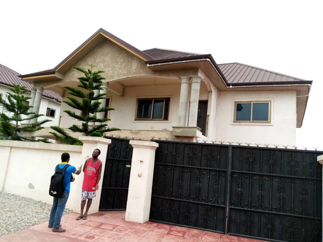 9 bedroom house with 2 rooms Boys' Quarters for sale
