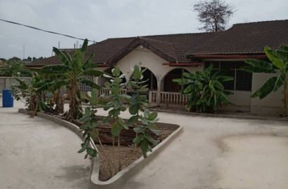 5 Bedroom House with 5 Stores for Sale