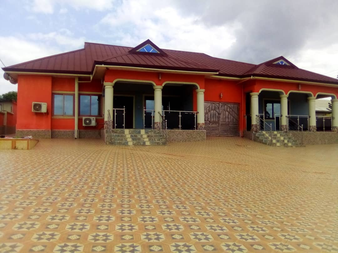 6 Bedroom En-suite House with a Summer Hut for Sale in Kumasi
