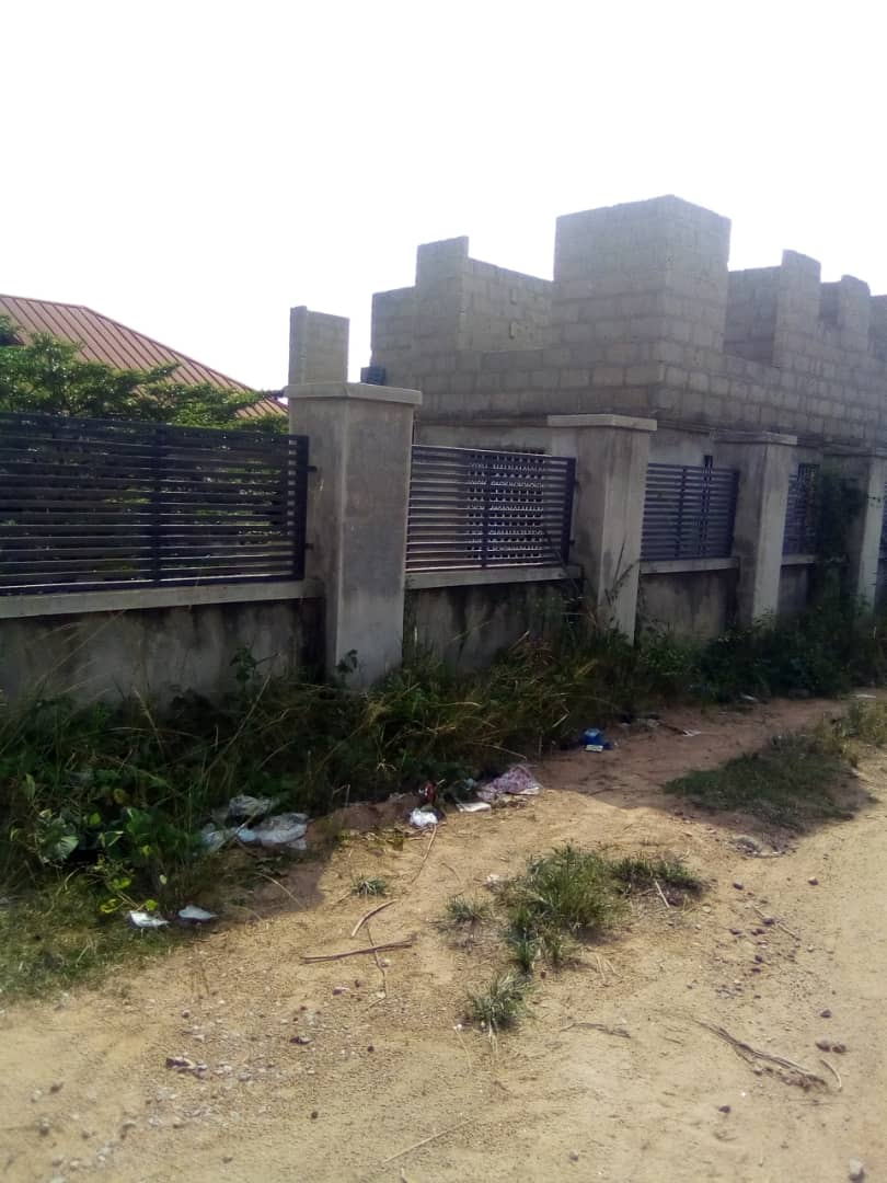 A 4 bedroom house with an uncompleted 2 bedroom story BQ for sale