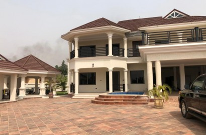 Executive 9 bedroom house with swimming pool for sale in Kumasi